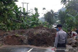 Jalan raya Sumedang-Subang terputus akibat tanah longsor