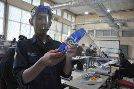 Mahasiswa Polsri produksi Face Shield untuk tenaga kesehatan Page 1 Small