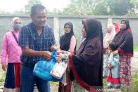 Warga Aceh Barat terdampak ekonomi akibat COVID-19 terima bantuan