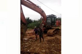 """Prajurit TMMD """"kebut"""" pengerjaan jalan menuju Dusun Bukong"""