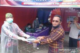 Cegah Corona, Anggota DPRD HSS Nasdem bagikan ribuan masker gratis