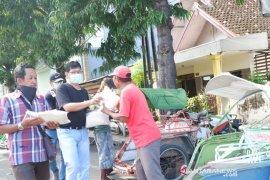 PT PMMP Situbondo bagikan sembako kepada pekerja informal