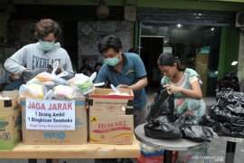 Warga Denpasar bagikan sembako gratis