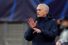 Jose Mourinho dan beberapa pemain Spurs langgar aturan jaga jarak