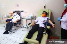 Peringati HUT ke-12 Bawaslu HSS donor darah dan bagi sembako