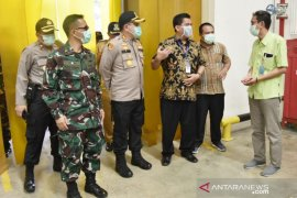 "Petugas gabungan TNI-Polri patroli ""physical distancing"" pabrik di Bogor"