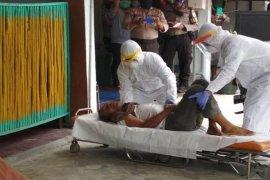 Meninggal di depan ATM, petugas evakuasi jenazah pria ini lengkap dengan APD