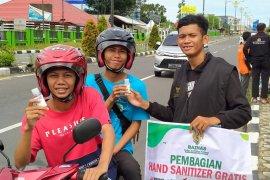 Baznas Belitung bagikan 1.000 cairan pembersih tangan ke pengendara