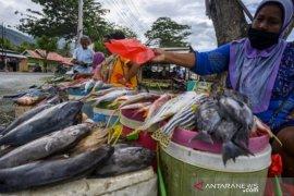Pedagang ikan basah jualan di pinggir jalan Page 1 Small