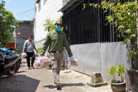 Satu blok perumahan diisolasi, puluhan KK dapat pasokan paket bahan pokok