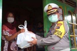 Dirlantas Kalsel bagikan sembako untuk warga terdampak COVID-19