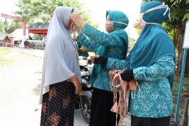 PKK Aceh Besar bagikan masker gratis bagi pengguna jalan