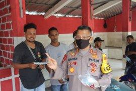 Kapolda Maluku bagi beras dan masker untuk pengojek di Ambon