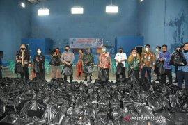 IPDN bagikan 1.700 paket sembako untuk warga terdampak darurat COVID-19 di Sumedang