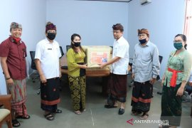 Bawaslu Bali donasikan masker non-medis