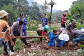 Tiga warga Cianjur yang hilang terbawa arus, masih dicari