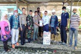 Warga desa mitra binaan Indocement Tarjun Kotabaru dibantu cairan disinfektan