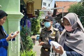 Ratusan ribu masker kain produksi UMKM dibagikan secara gratis ke warga Surabaya