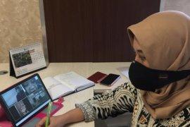 Warga berpenghasilan rendah di Kota Surabaya dapat sembako dari pemerintah