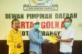 Anggota Fraksi Golkar Surabaya gunakan dua bulan gaji untuk baksos COVID-19