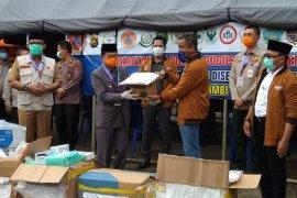 Satgas Bencana BUMN Jambi serahkan bantuan penanganan COVID-19 (Video)