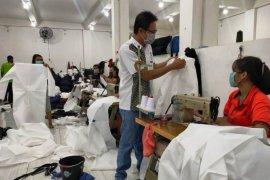 Pelaku UMKM Surabaya produksi hazmat bantu tenaga medis tangani COVID-19