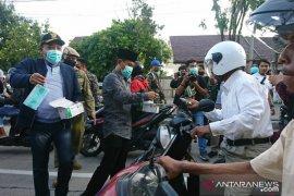 Forkopimda Sampang bagi-bagi masker kepada warga