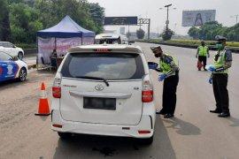 Puluhan kendaraan tidak patuh PSBB saat melintas di tol Jabotabek