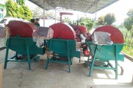 Kelompok tani Muko Muko terima mesin pembuat pakan ternak