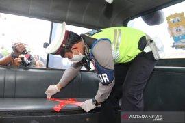 Polresta Tangerang pasang tanda jarak tempat duduk angkutan publik