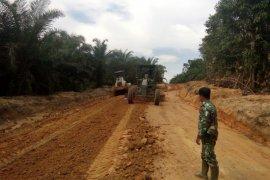 Pengerjaan jalan Dusun Bukong diawasi prajurit TMMD