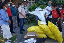 Bupati Gianyar serahkan ratusan APD untuk tenaga medis