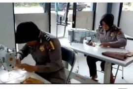 Polwan di Solok Selatan jadi penjahit, bikin seribu masker untuk dibagikan