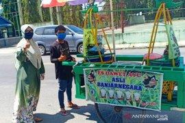 Notaris di Aceh Barat bagi masker gratis untuk pedagang keliling dan tukang parkir