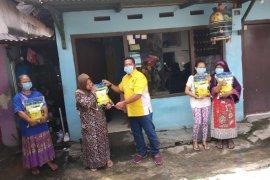 Legislator Golkar bagikan paket beras ke warga Surabaya