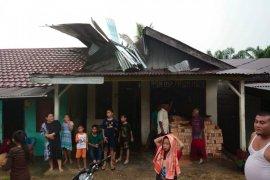 Empat rumah rusak akibat tertimpa pohon di Subulussalam