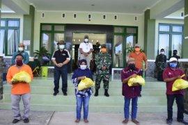 Disaksikan Gubernur Gorontalo, Korem bagikan sembako untuk 250 warga