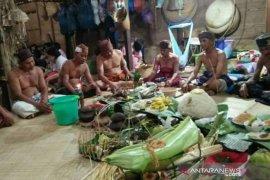 Masyarakat adat Dayak Meratus ritual tolak bala dan tutup kampung cegah COVID-19