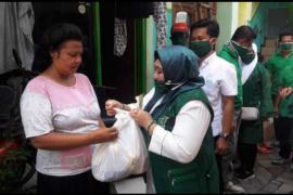 Legislator PKB bagikan ribuan masker dan sembako ke warga Surabaya