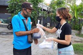 Warga Denpasar aksi bagi sembako dan makanan gratis