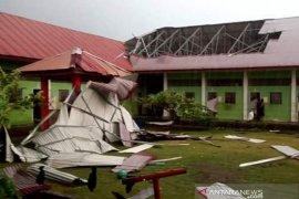 Atap kamar tahanan Lapas Meulaboh diterbangkan angin puting beliung