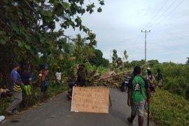 Polisi bubarkan secara paksa warga blokade jalan menuju TPU di Timika