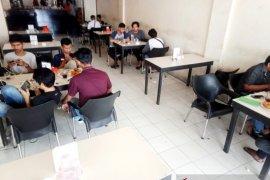 Sejumlah warung kopi di Aceh Barat mulai terapkan social distancing