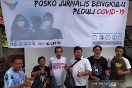 Pandemi COVID-19, jurnalis Bengkulu salurkan 100 paket sembako