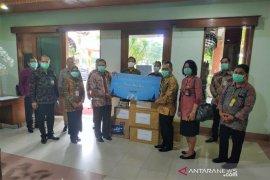 Badan musyawarah perbankan Bali bantu APD ke RSUP Sanglah