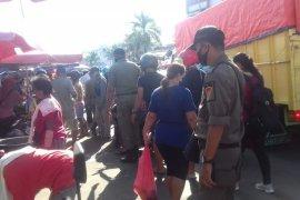 Pemkot Ambon lakukan rapid tes terhadap pedagang di pasar Mardika