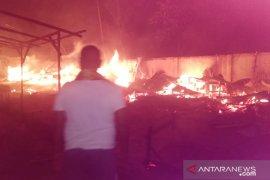 Belasan kios ludes, pasar tradisional di Batanghari-Jambi dilalap api