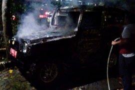 Sebuah mobil terbakar di kantor kelurahan, seorang karyawan tewas