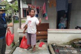 Anggota DPRD Bangka bagikan ratusan paket sembako bagi warga kurang mampu
