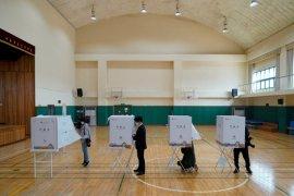 Warga Korea Selatan kenakan masker, sarung tangan dalam pemilu